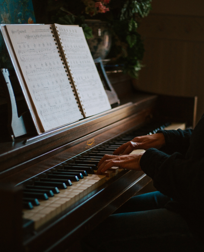 Playing the piano with music